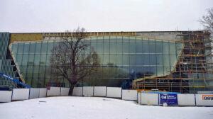 Muzeum Historii Żydów za ogromną taflą szkła