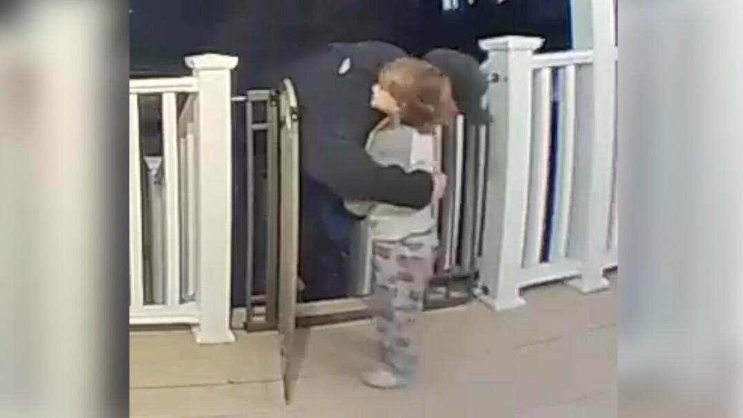Stracił swoją córkę, kilka dni później przytulił go mały chłopiec. Wzruszająca historia dostawcy pizzy
