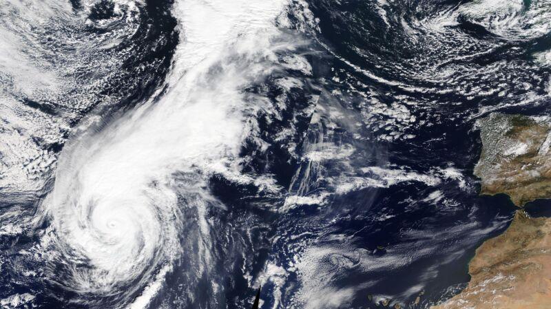 Huragan zmierza do Azorów (NASA Earth Observatory)