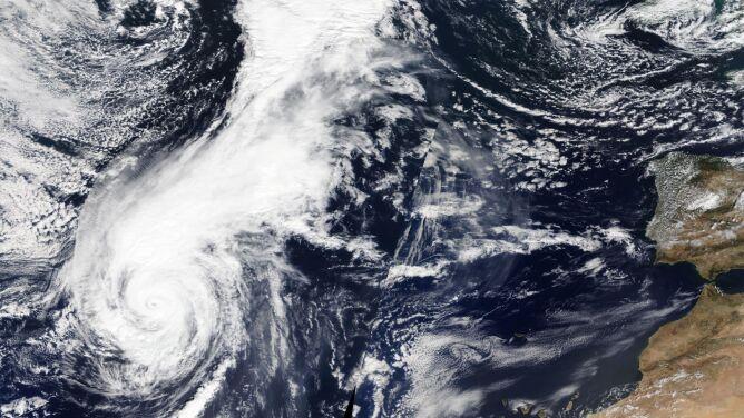 """Lorenzo jest coraz bliżej Azorów. <br />""""Ten huragan uderzy z dużą siłą"""""""