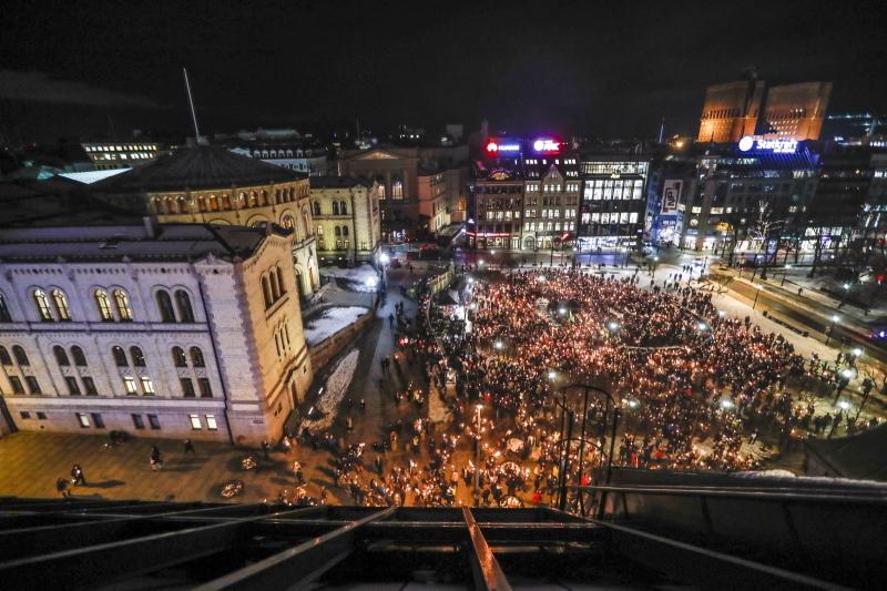 Protestujący przed parlamentem w Oslo (PAP/EPA/CORNELIUS POPPE)